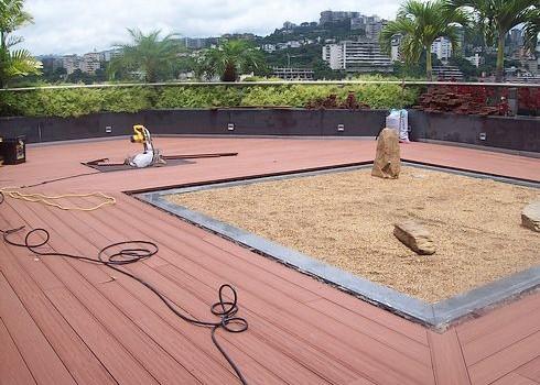 Deck Artificial en terraza instalado sobre revestimiento en Fibra