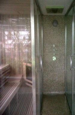 Sauna con puertas de cristal y acero inoxidable